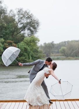 Красивые свадебные фотографии у реки