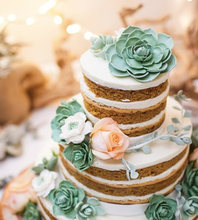 свадебный торт, натуральный, оформление живыми цветами, открытые коржи