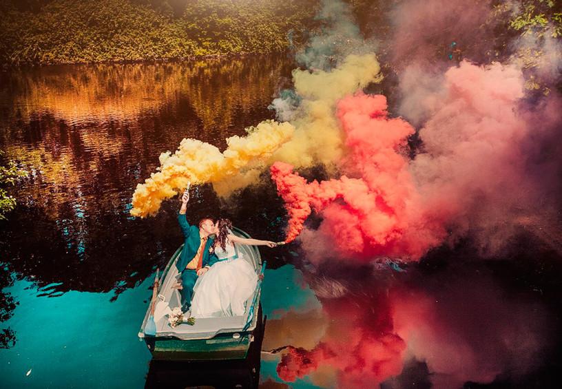 свадьба осенью, цветной дым для фотосессии, дымовые шашки на свадьбе, цветные дымовые шашки, свадебная фотосессия осенью, свадебные фото, необычные фото со свадьбы