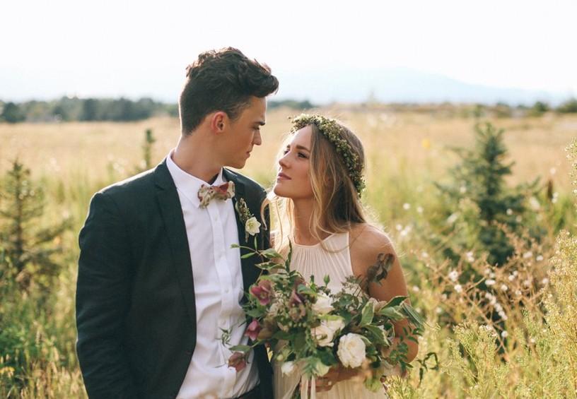 жених и невеста, свадебное фото в поле