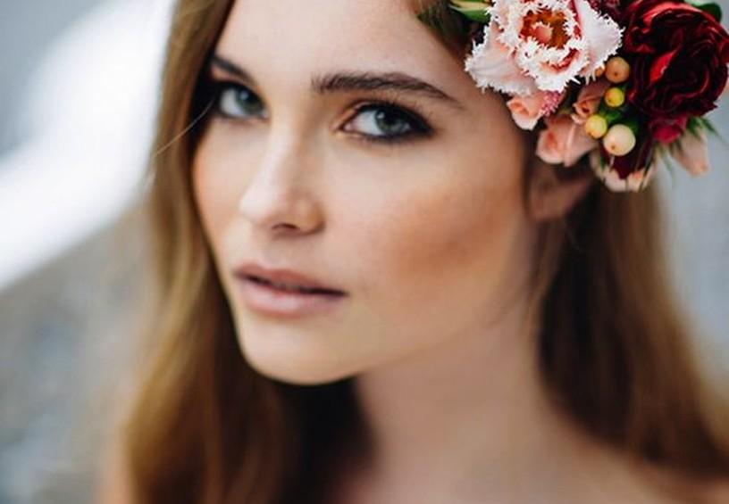 венок из живых цветов, девушка в венке