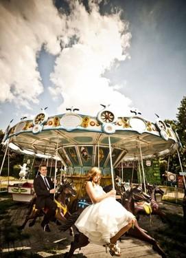 Невеста и жених на карусели