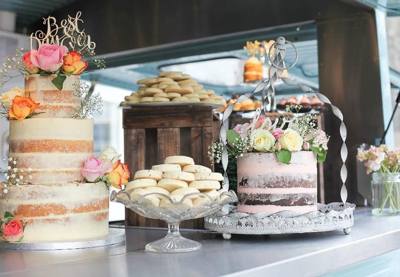 кенди-бар, свадебный торт, сладкий стол