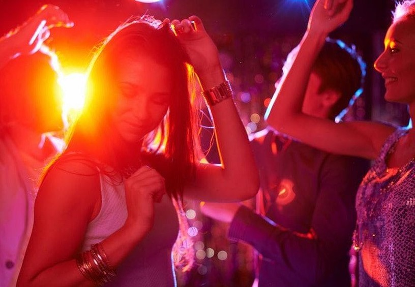 дискотека, девушки танцуют, светомузыка