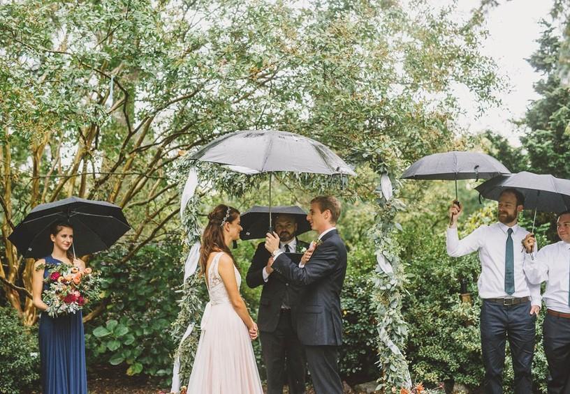 свадьба под дождём, церемония под дождём, дождь на свадьбу, свидетели с зонтами