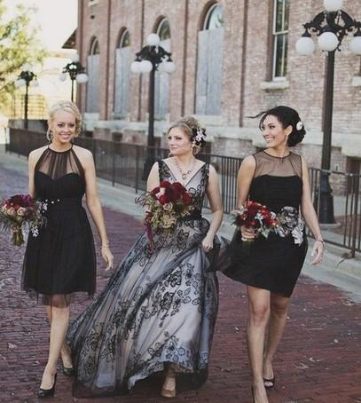 свадьба, невеста с подружками, чёрная свадьба, чёрные платья подружек невесты, невеста в чёрно-белом платье