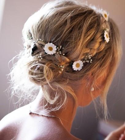 цветы в волосах, нежный свадебный образ, причёска с живыми цветами