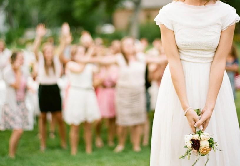 Почему невеста кидает букет подружкам
