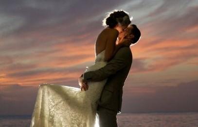 женихи невеста, свадьба на природе, фотосессия на закате