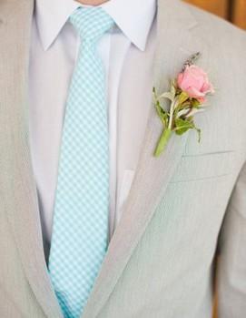 светлый костюм жениха