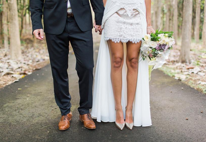 жених и невеста, молодожёны, необычное свадебное фото, туфли жениха и невесты, стильное свадебное платье