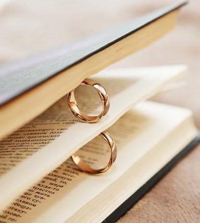 свадебные кольца, обручальные кольца, кольца в книге