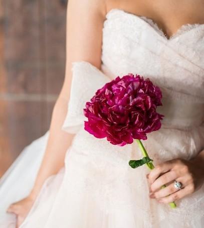 невеста с цветком, свадебный букет из одного цветка, флористика 2019, модный букет невесты, бордо