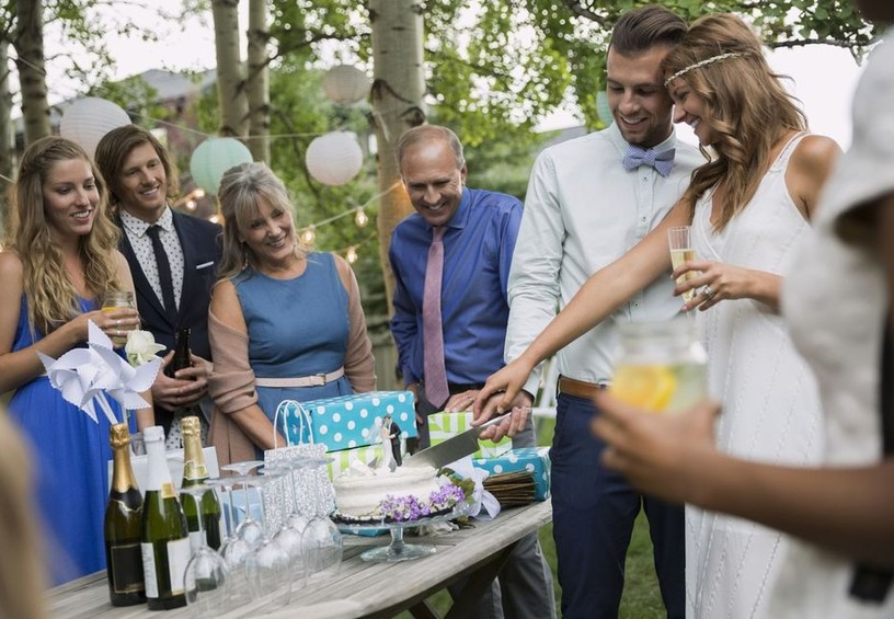 празднование свадьбы в ресторане, жених и невеста режут торт, свадебный торт, свадебный обед