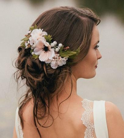 причёска невесты с живыми цветами, цветы в причёске