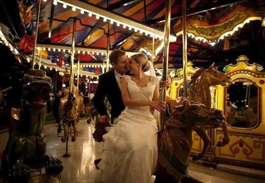Свадебное фото на карусели