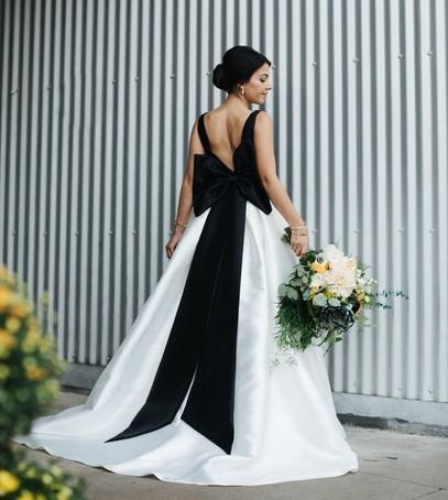 мода свадебная 2018, свадебное платье с чёрным бантом, невеста в чёрно-бело платье