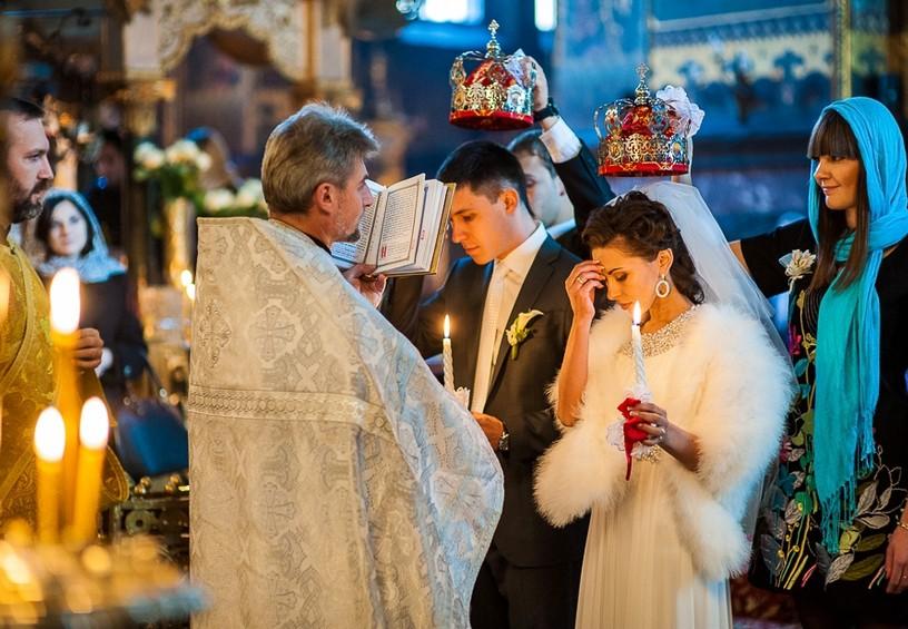 венчание, молодожёны в церкви, свадьба у верующих, священник венчает пару
