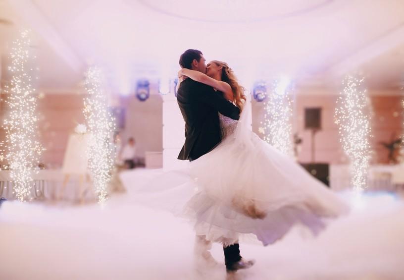 первый танец молодожёнов, свадебный танец, первый танец молодых, жених и невеста танцуют, свадьба, банкет, поцелуй