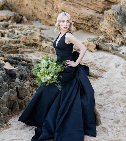 невеста, чёрное свадебное платье, невеста на пляже, невеста с букетом