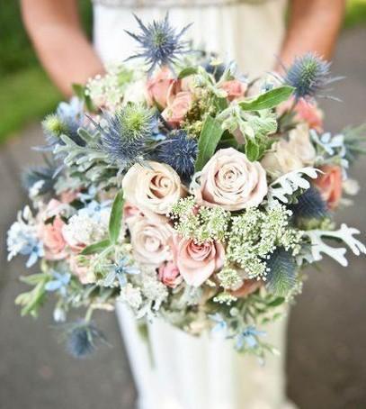 свадебный букет в розово-голубых цветах