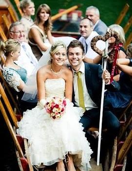 маленькая свадьба, свадьба в кругу семьи, свадебная лодка