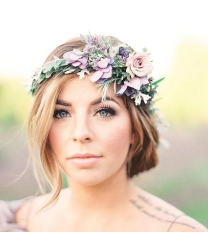 венок из живых цветов, невеста в венке, свадебный образ без фаты