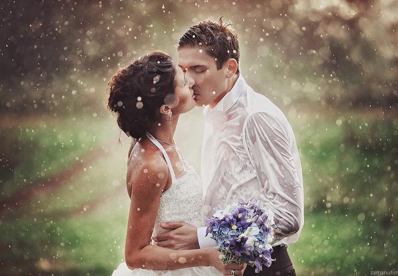 дождь на свадьбу, жених и невеста, фотосессия под дождём, молодожёны
