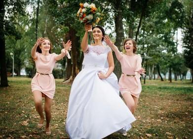 Традиция бросать букет: невеста, делись счастьем