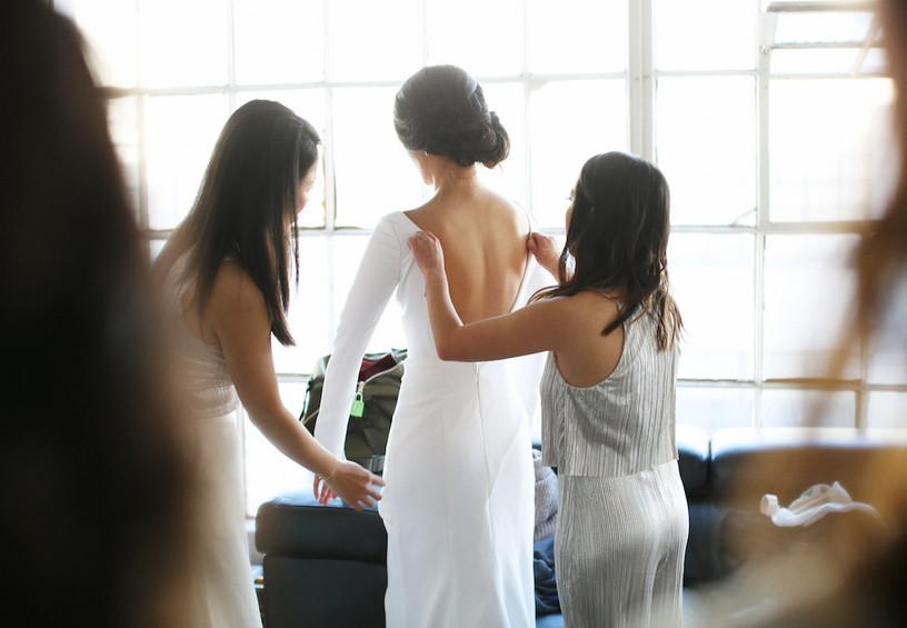 утро невесты, свадьба, невеста, подружки невесты, белое свадебное платье, как разгладить платье из атласа, шёлковое свадебное платье