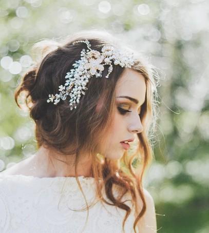 свадебная причёска, причёска на длинные волосы, причёска на средние волосы, причёска с украшением из жемчуга, невеста, свадебный образ