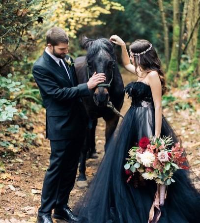 свадебная фотосессия, невеста в чёрном, жених и невеста с лошадью, чёрная свадьба, чёрный наряд невесты