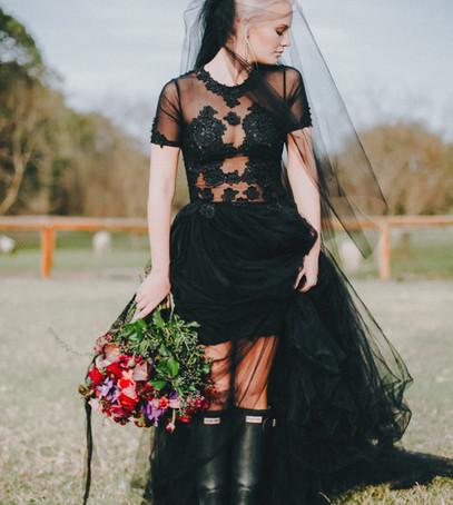 невеста, букет невесты, невеста в резиновых сапогах, невеста в чёрном, чёрное свадебное платье