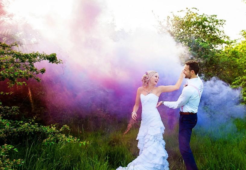 свадьба летом, цветной дым для фотосессии, дымовые шашки на свадьбе, цветные дымовые шашки, свадебная фотосессия летом, свадебные фото, необычные фото со свадьбы