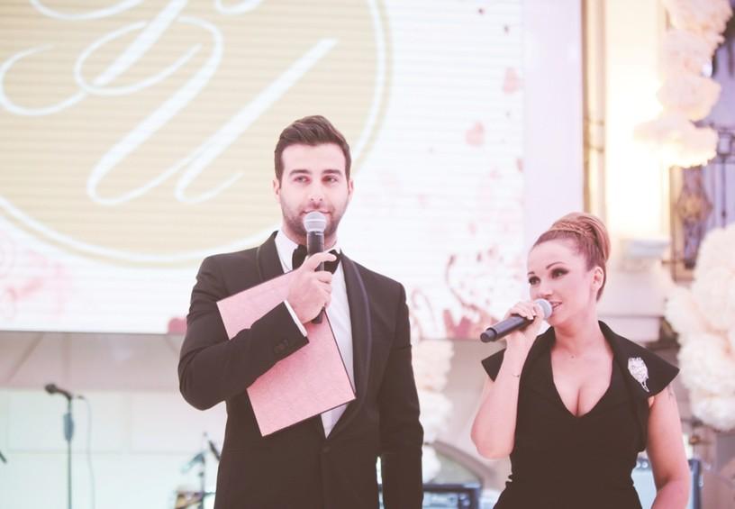 Ведущие на свадьбу парень и девушка
