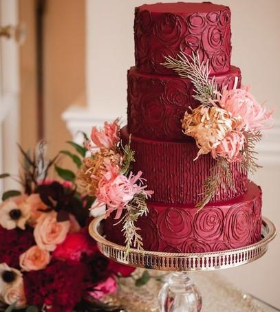 свадьба в бордовом цвете, торт свабедный