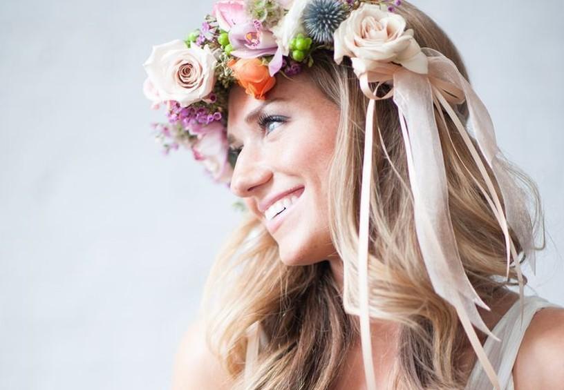 свадебная причёска, причёска на длинные волосы,живые цветы в прическе, венок, невеста, свадебный образ
