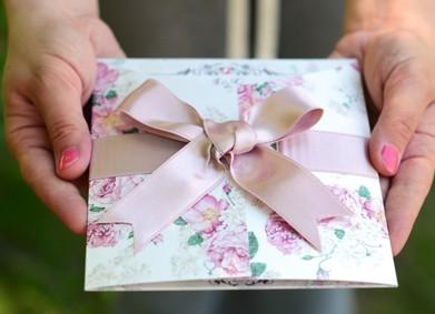 Как правильно вручить гостям приглашения на свадьбу?
