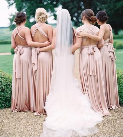 невеста и подружки, бледно-розовые платья подружек невесты, летняя свадьба, свадебное платье со шлейфом