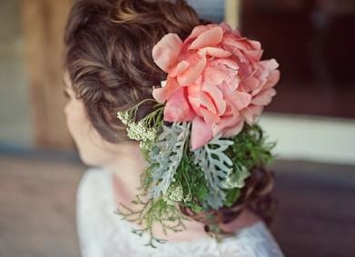 Свадебные причёски с живыми цветами: 5 трендовых идей