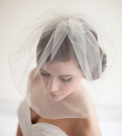 фата, короткая фата, блашер, невеста, причёска с фатой, свадебное платье с открытыми плечами