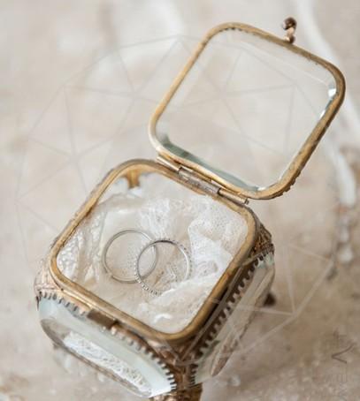 свадебные кольца, коробочка для обручальных колец, кольца белое золото