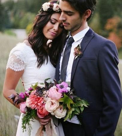молодожёны, невеста в венке из живых цветов, свадебная флористика
