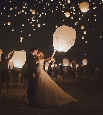 летающие фонарики, красивая свадьба, молодожёны