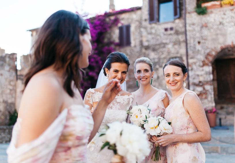 свадьба, невеста с подружками, три подружки невесты, улыбки, счастливый день