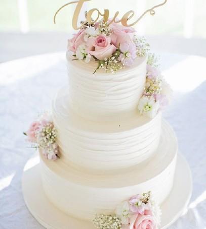 белый свадебный торт, розы живые цветы на торте, нежный многоярусный торт