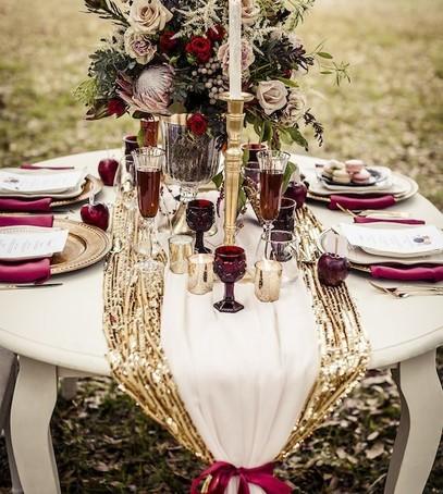 свадьба в бордовом цвете, декор стола с бордовыми элементами