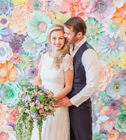фотозона на свадьбу, свадебное фото, красивый свадебный декор, оформление фотозоны на свадьбе, бумажные цветы