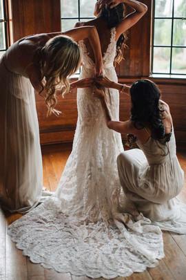 Утвердить обязанности подружек невесты при подготовке и в сам день свадьбы.