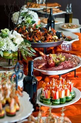 Обсудить меню свадебного банкета с администратором ресторана.